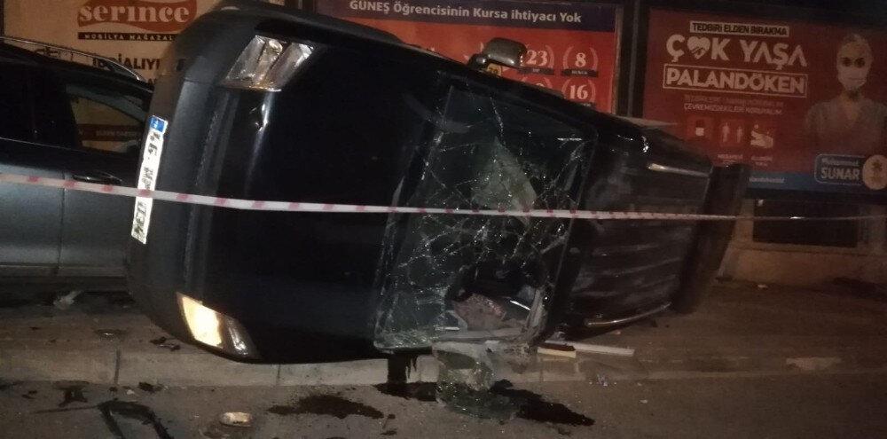 İki araç kavşakta çarpıştı: Takla atan kaldırımda yürüyen yayanın üzerine  devrildi