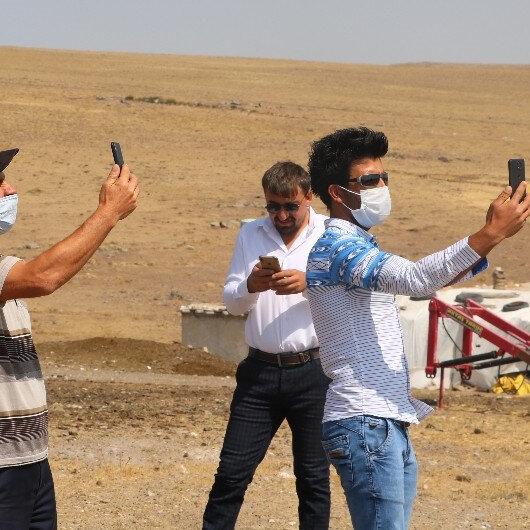 Sivaslılar telefon görüşmesi yapmak için 500 metre yürüyüp Kayseri'den sinyal arıyor