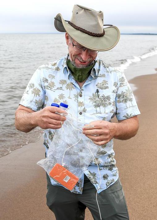 Dr. Richard Melvin üç aydır Superior gölü çevresindeki plajlardan su örneği topluyor