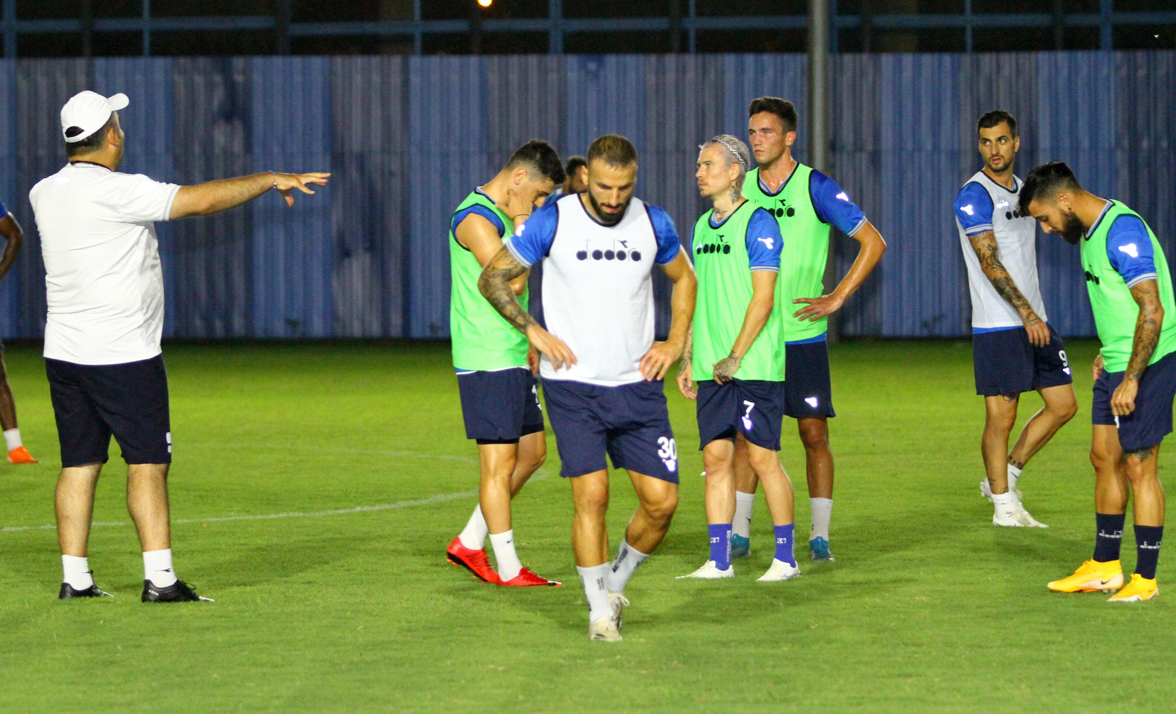 Adana Demirspor takımı, Ümit Özat yönetiminde çalışmalarını sürdürüyor.
