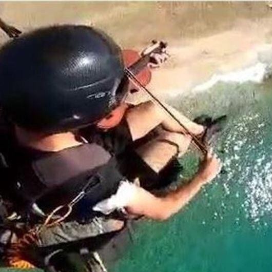 تركي يعزف الكمان في سماء المتوسط
