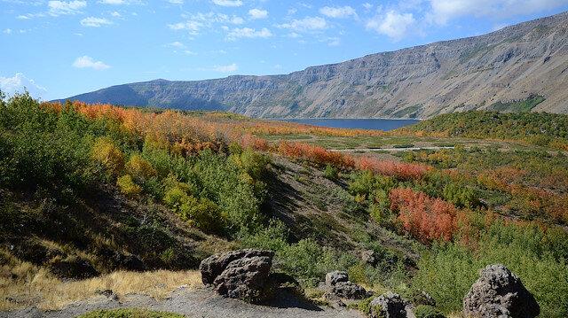تركيا.. بحيرة نمرود البركانية ترتدي فستان الخريف
