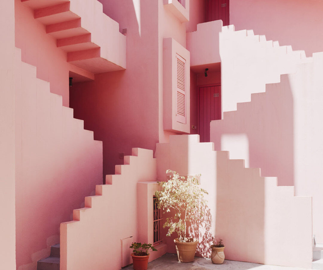 Bofill'in kızıl dünyası renklı ve sıradışı tasarımıyla 50 yıldır etkileyiciliğini koruyor.