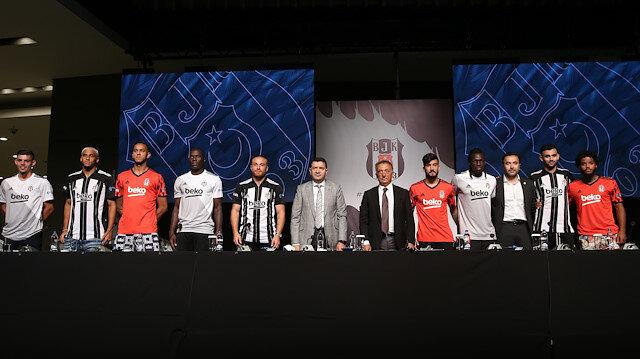 Başkan Çebi ve futbolcular basın mensuplarına poz verdi.