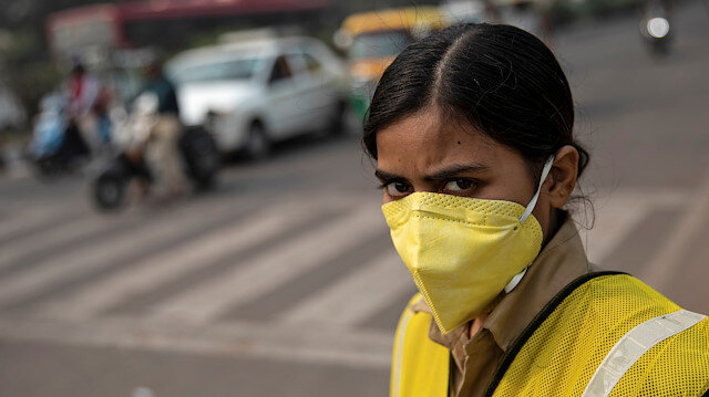 A policewoman wears a mask to protect herself from air pollution at a junction during restrictions on private vehicles based on registration plates on a smoggy morning in New Delhi, India, November 4, 2019