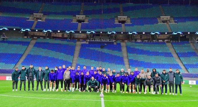 Başakşehir takımı, maçın oynanacağı RB Arena'da hatıra fotoğrafı çektirdi.