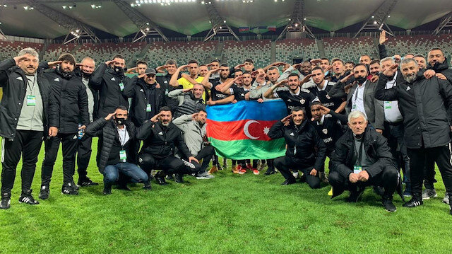 Karabağ Futbol Takımı'nın futbolcuları cephe hattında mücadele eden Azerbaycan askerlerine bu şekilde destek mesajı göndermişti.
