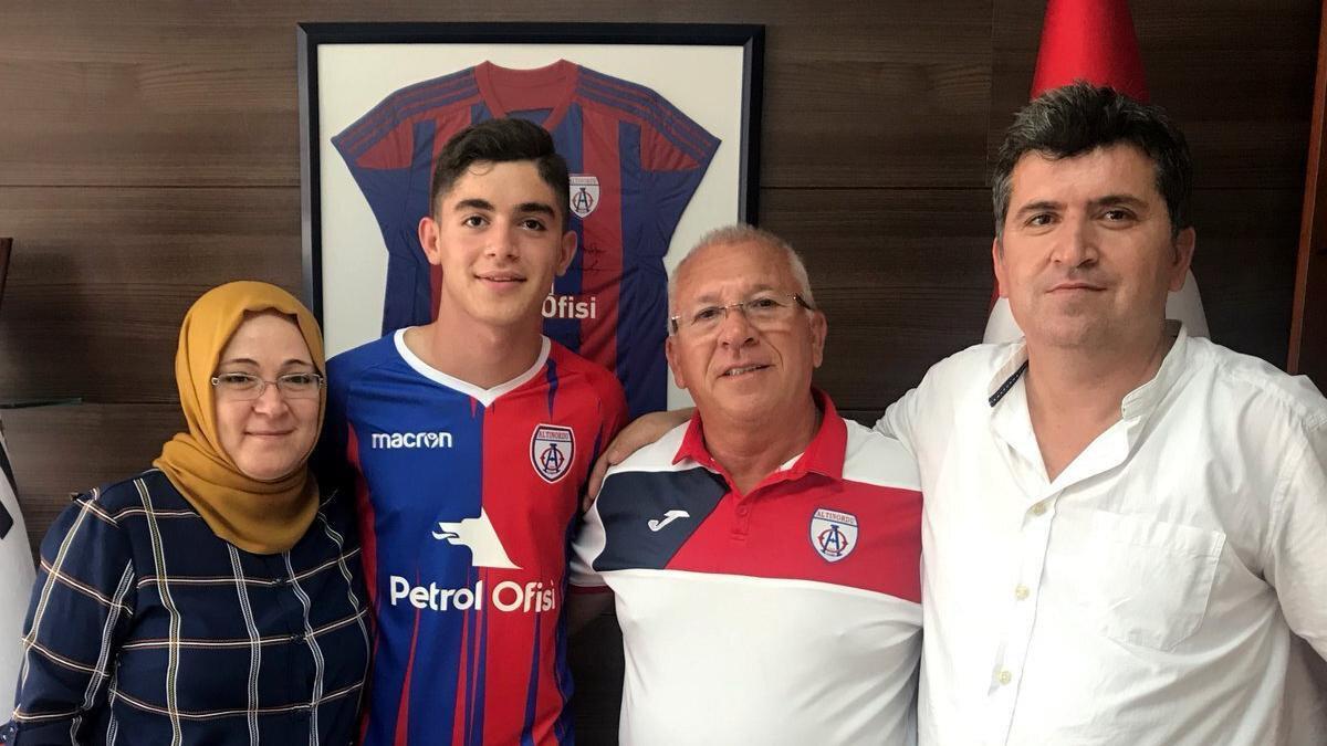 Altınrodu, Burak İnce'yle 3 yıllık profesyonel sözleşme imzalamıştı.