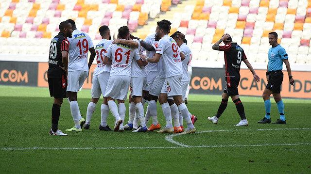 Yeni Malatyasporlu futbolcuların gol sevinci.