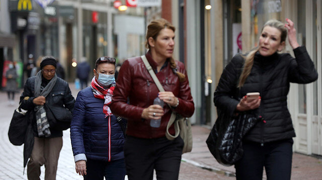File photo: People with and without protective masks walk through the shopping street as the spread of coronavirus disease (COVID-19) continues in Amsterdam, Netherlands October 7, 2020. REUTERS/Eva Plevier
