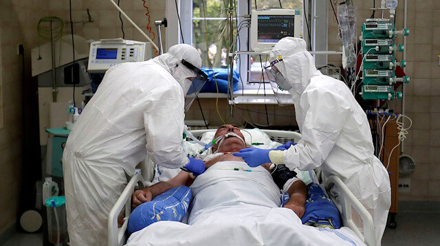 FILE PHOTO: Members of the medical staff treat a patient suffering from the coronavirus disease (COVID-19) at the Intensive Care Unit (ICU) of the Slany Hospital in Slany, Czech Republic, October 13, 2020. REUTERS/David W Cerny/File Photo