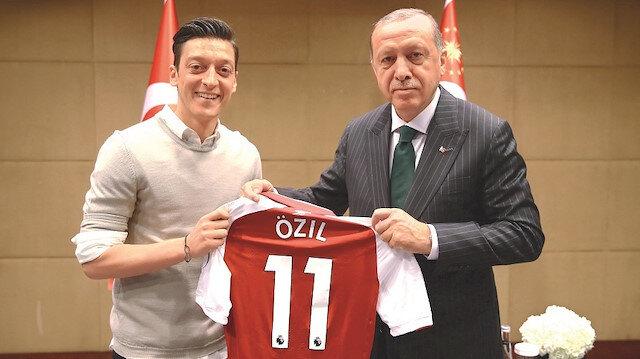 Cumhurbaşkanı Recep Tayyip Erdoğan, İngiltere'nin başkenti Londra'da Premier Lig'de oynayan Türk futbolcular İlkay Gündoğan, Mesut Özil ve Cenk Tosun'u kabul etmişti.