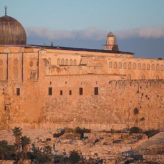 آلاف الفلسطينيين يهتفون بالمسجد الأقصى نصرة للنبي محمد