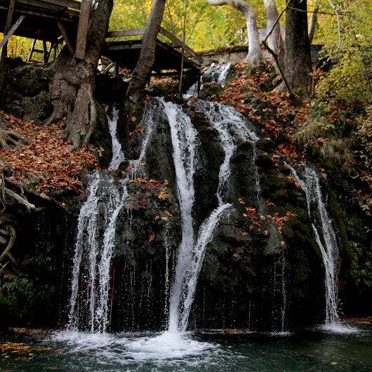 """تركيا.. الخريف يضفي جمالًا على شلال """"دونغال"""""""