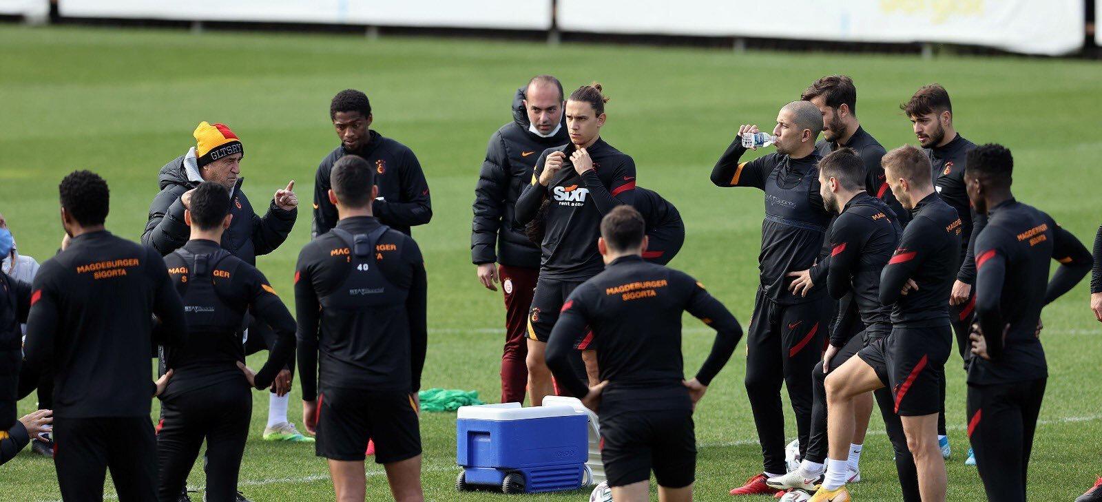 Teknik direktör Fatih Terim, oyuncularına maç için son taktikleri verdi.