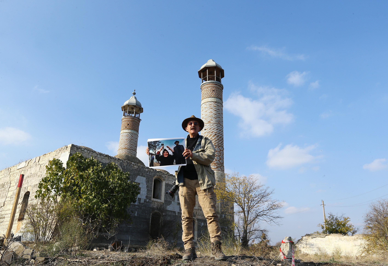 Katliam haberinin ardından Ağdam'a gelen fotoğrafçı Deghati, Cuma Mescidi önüne getirilen cenazeleri ve kayıp yakınlarını fotoğrafladı.