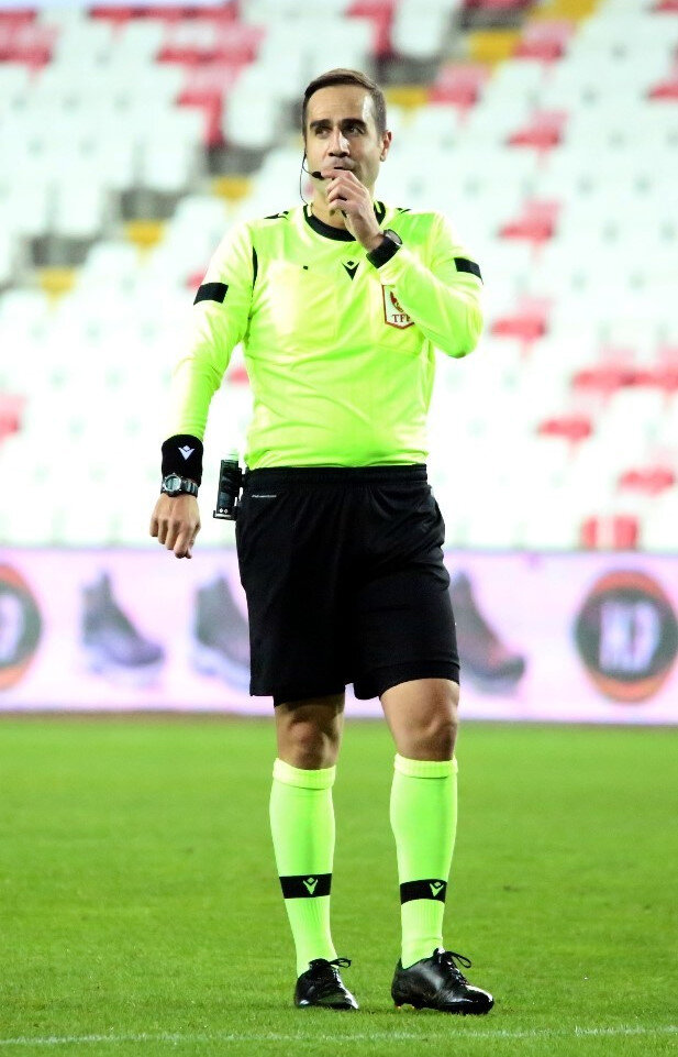 Sivasspor-Göztepe maçını hakem Serkan Tokat yönetti.