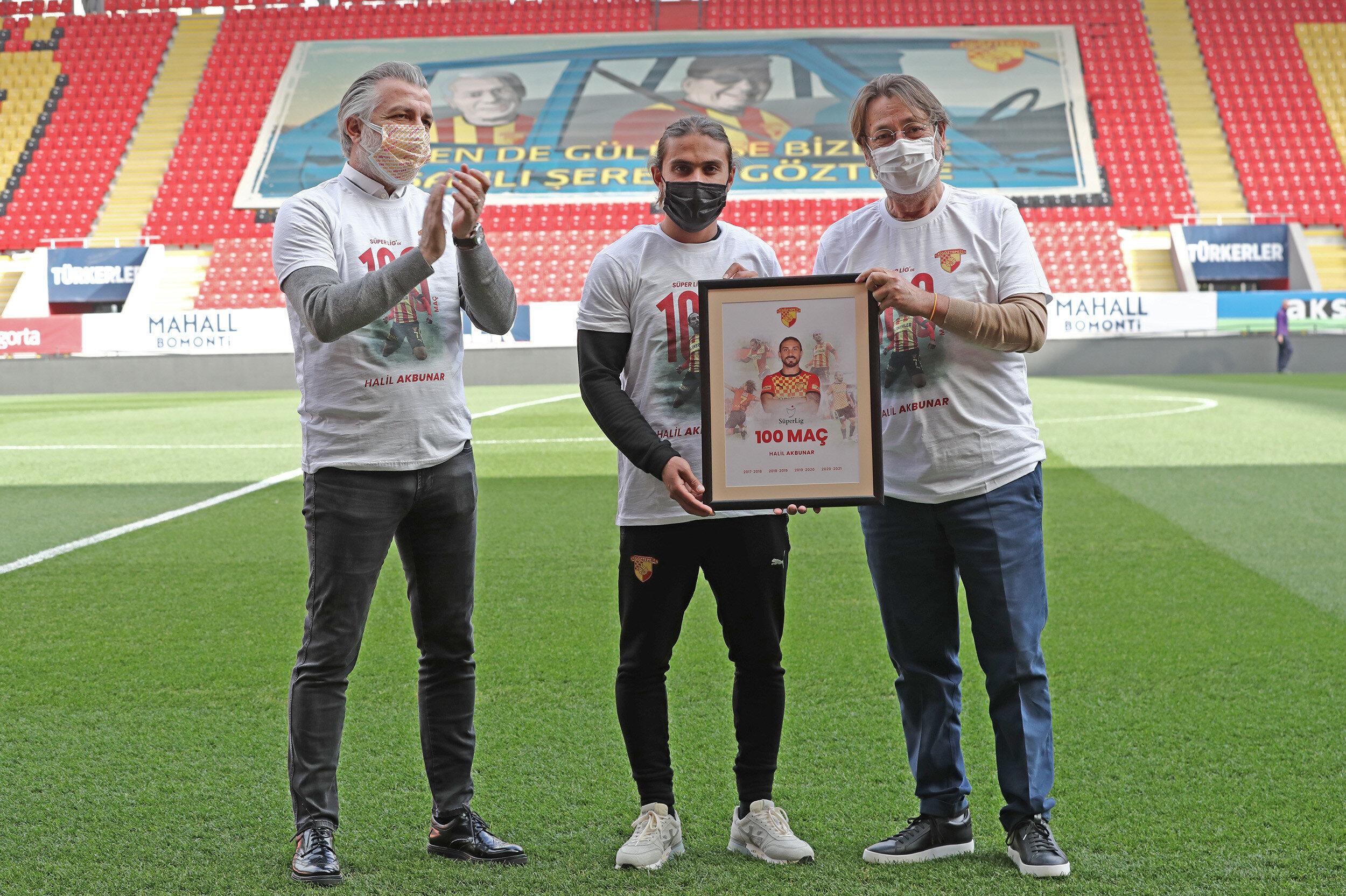 Halil Akbunar'a maç öncesi plaket verildi.
