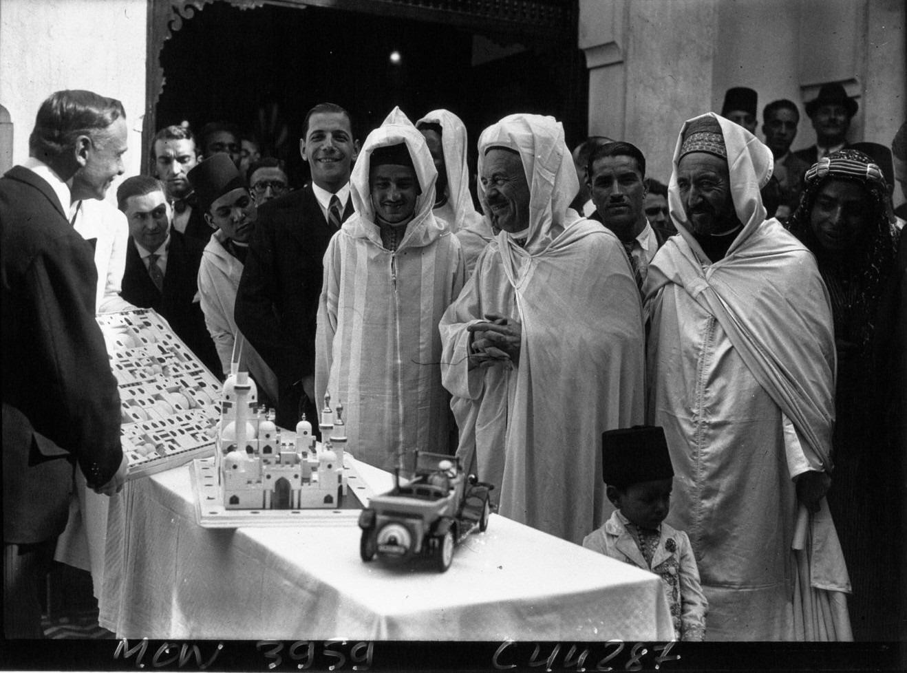 Fas Kralı Beşinci Muhammed (ortada, sivri külahlı) ve Kaddûr Bengabrit, 1932.