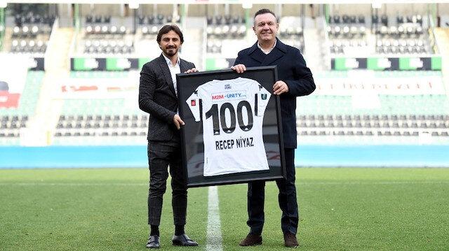 Denizlisporlu Recep Niyaz'a 100. maç hediyesi