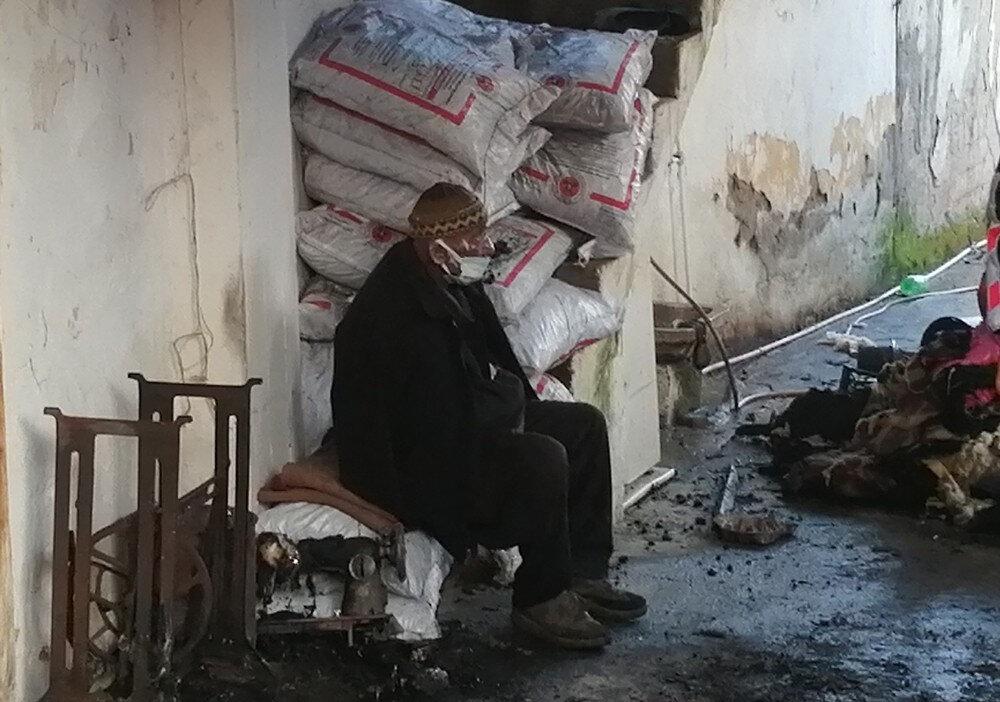 Talihsiz kadın alevler arasında feci şekilde hayatını kaybederken eşi Bayram Özkara ise el ve yüzünden yaralandı.