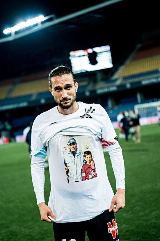 Yusuf Yazıcı, ligde oynadıkları son maçta formasının altına Özkan Sümer'le çekilmiş bir fotoğrafının yer aldığı tişörtü giydi.