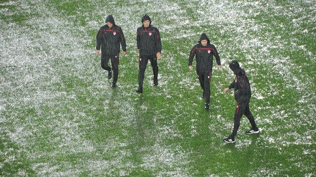Antalyaspor-Hatayspor maçı yoğun yağmur nedeniyle ertelendi