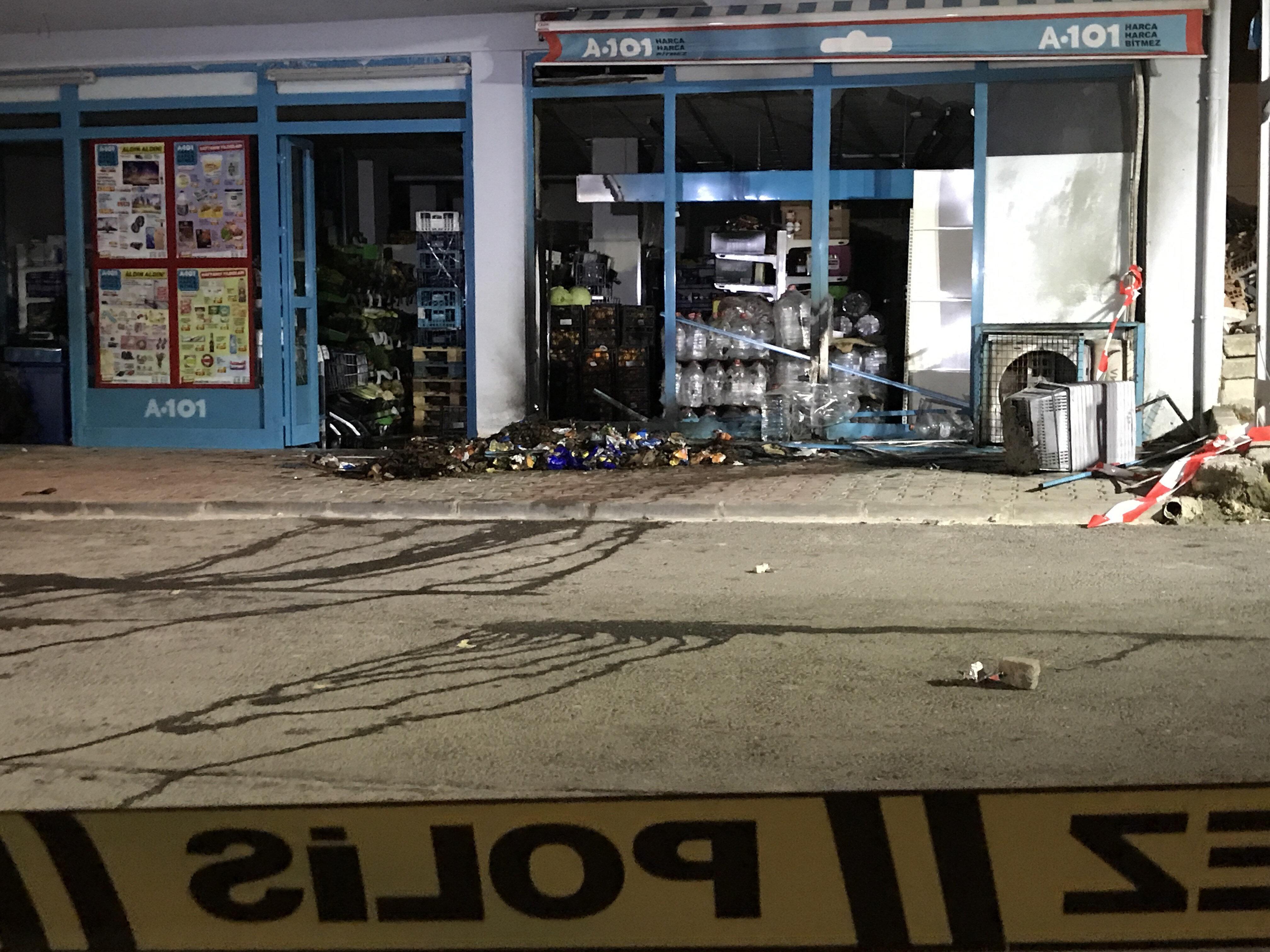 Arnavutköy'de bir markete atılan el yapımı patlayıcı (EYP) nedeniyle çıkan yangın söndürüldü.