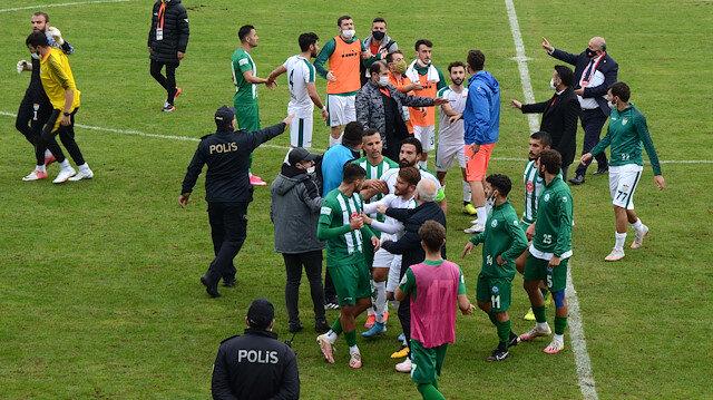 2. Lig maçında ortalık karıştı, futbolcular birbirine girdi