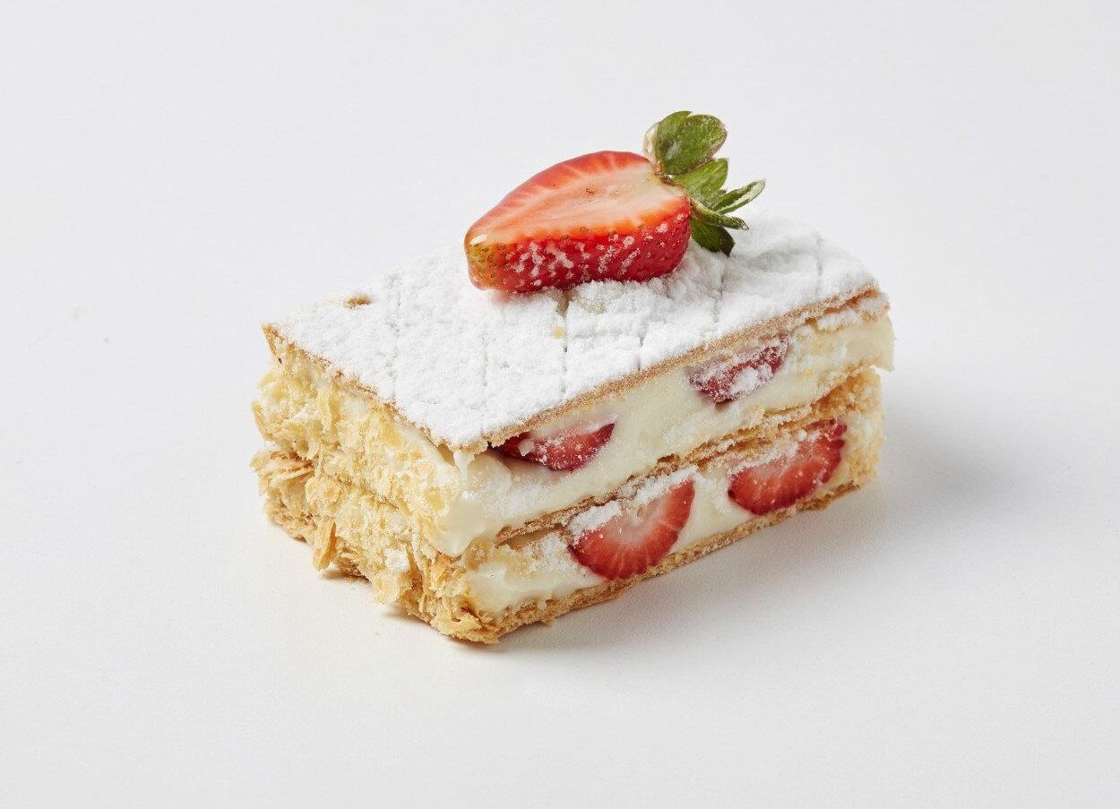 Çilekli milföy pasta.