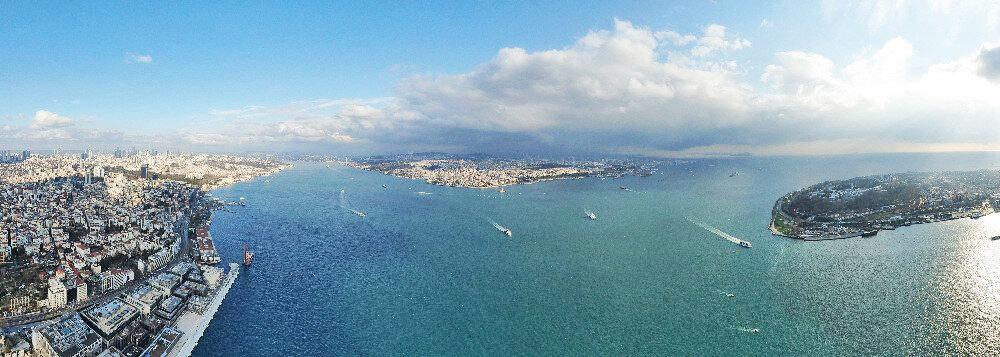 Kar yağışının Anadolu yakasından giriş yaptığı İstanbul'da bir günde iki farklı hava olayı yaşandı. Kentin Avrupa yakasında gökyüzünde güneş görünürken, Anadolu yakasında bulunanlar ise mevsimin ilk karı ile tanışmanın heyecanını yaşadı. Yaşanan durum İstanbul Boğazı üzerinden drone kamerasına yansıdı.