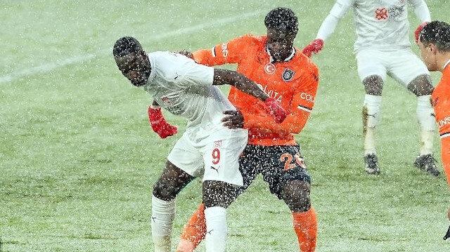 Başakşehir-Sivasspor maçında turuncu topa geçildi
