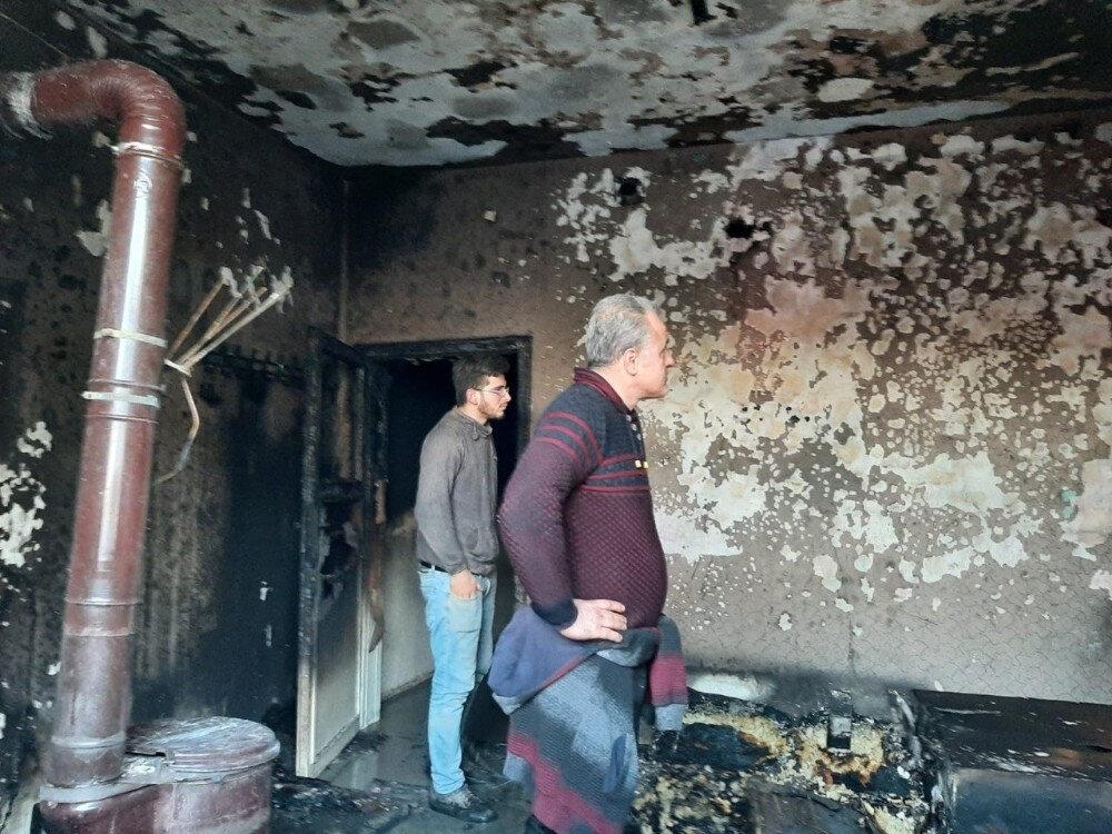 İki kardeşin yandığı ev kullanılamaz hale geldi.