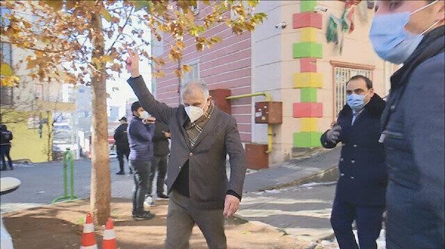 """نائب بـ""""الشعوب الديمقراطي"""" يرفع إشارة """"بي كا كا"""" الإرهابية في وجه المعتصمين"""