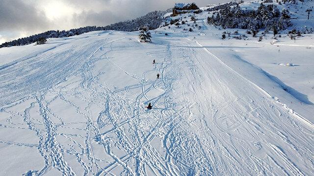 """تركيا.. الثلوج المتأخرة تجذب عشاق التزلج إلى مركز """"كيل تبة"""""""