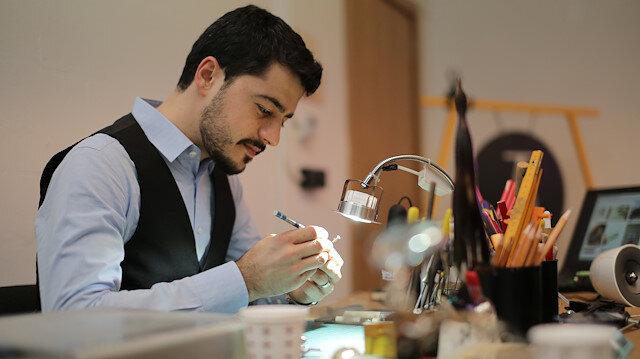 يتطلع للعالمية.. فنان تركي يبدع بالنحت على أقلام الرصاص