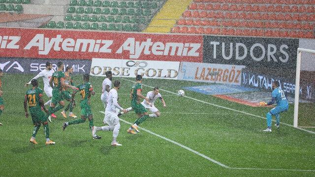Alanyaspor-Sivasspor maçı yağmur nedeniyle ertelendi