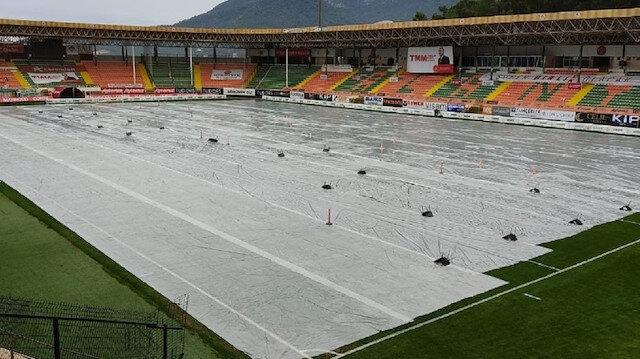 Süper lig maçı öncesi yağmur önlemi: Sahanın üzeri kapatıldı