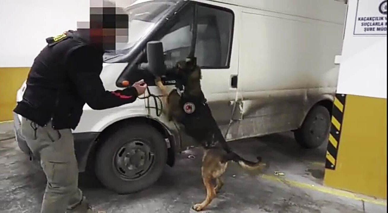 Narkotik dedektör köpeğin tepki verdiği gizli bölümden 51 kilo 460 gram eroin çıktı.