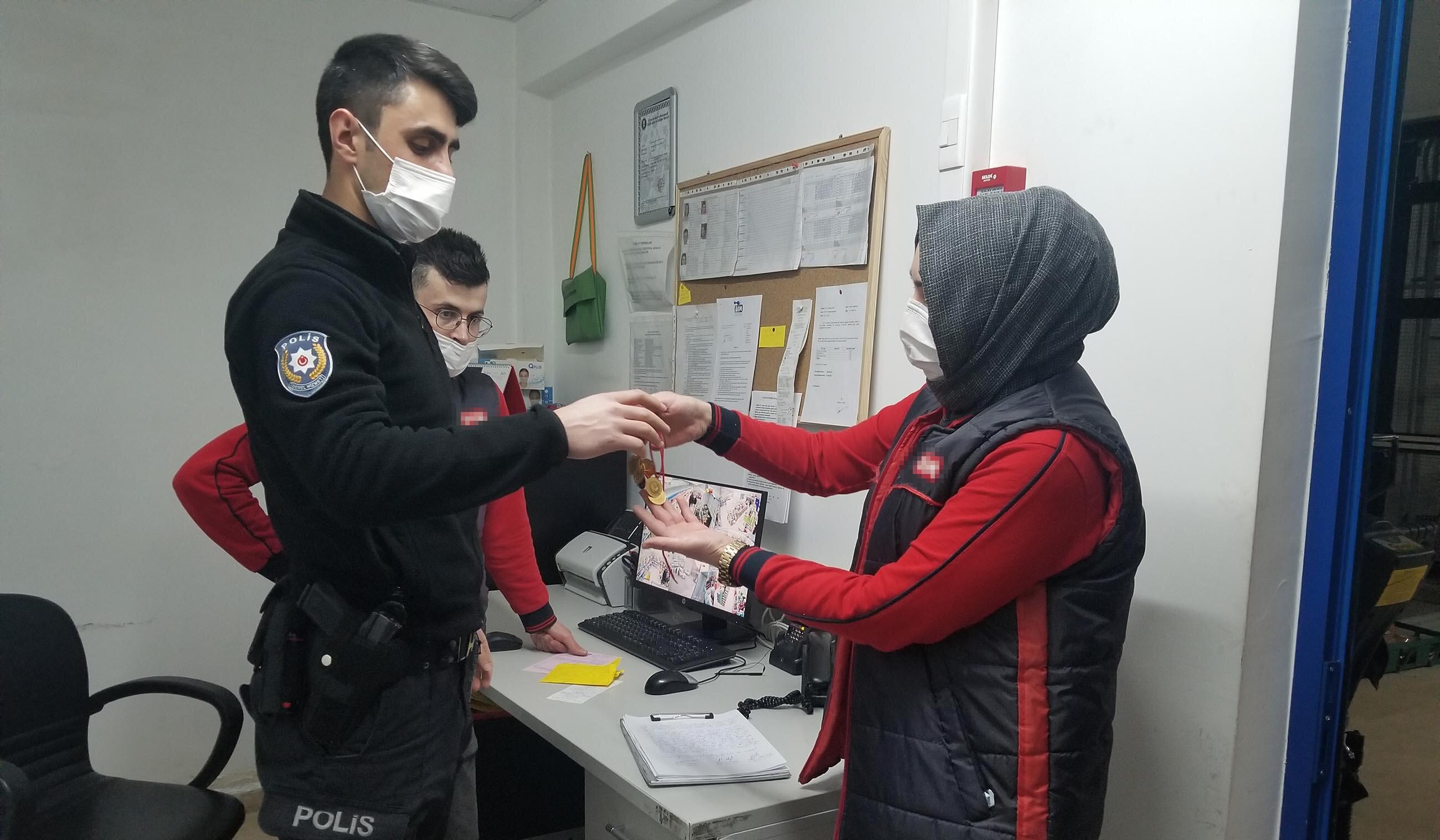 Markette buldukları 20 bin liralık altını polise teslim ettiler.