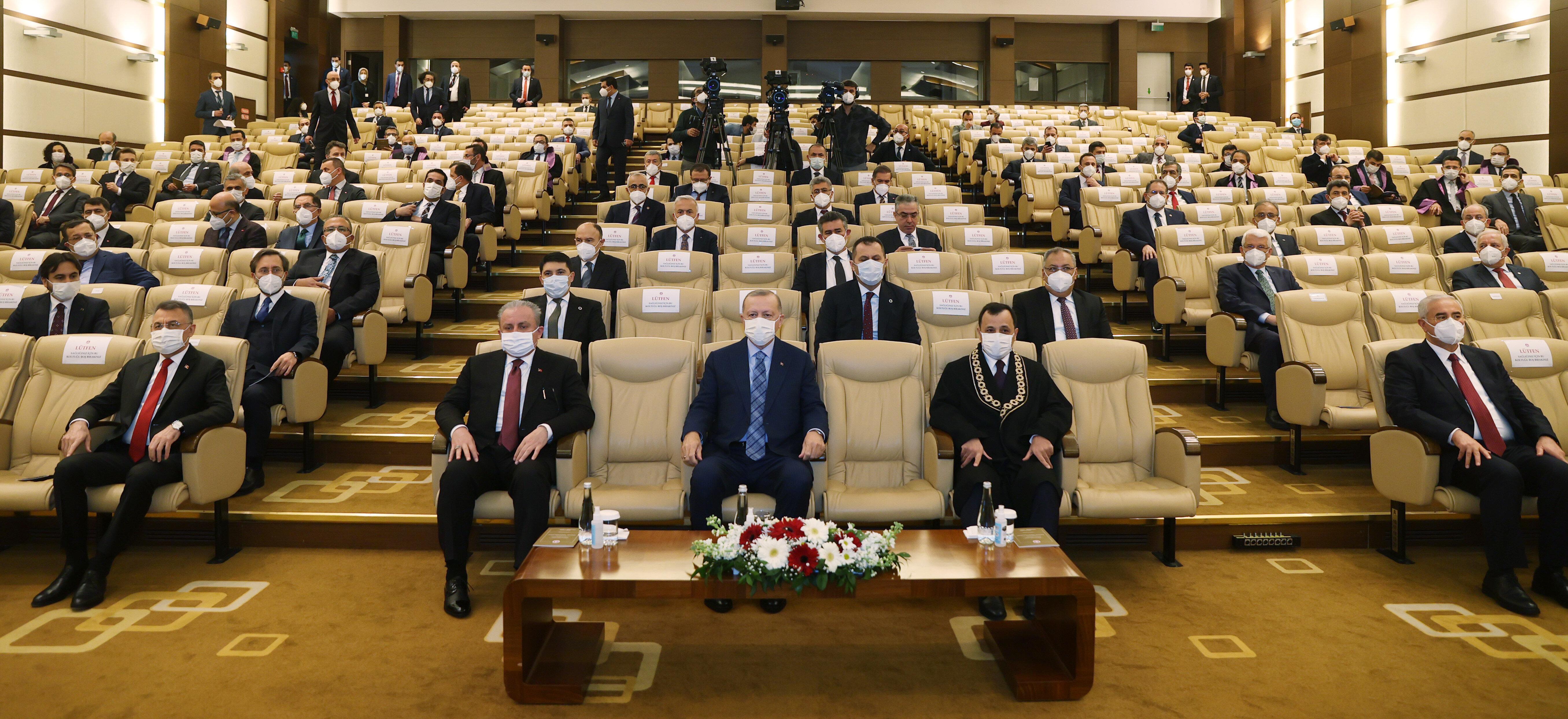 Anayasa Mahkemesi Başkanı Zühtü Arslan, başkanvekilleri ve yeni üye İrfan Fidan, konukları kapıda karşıladı.