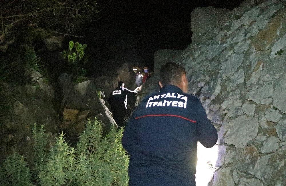 İhbarın üzerine olay yerine çok sayıda polis, itfaiye ve AFAD ekipleri sevk edildi.
