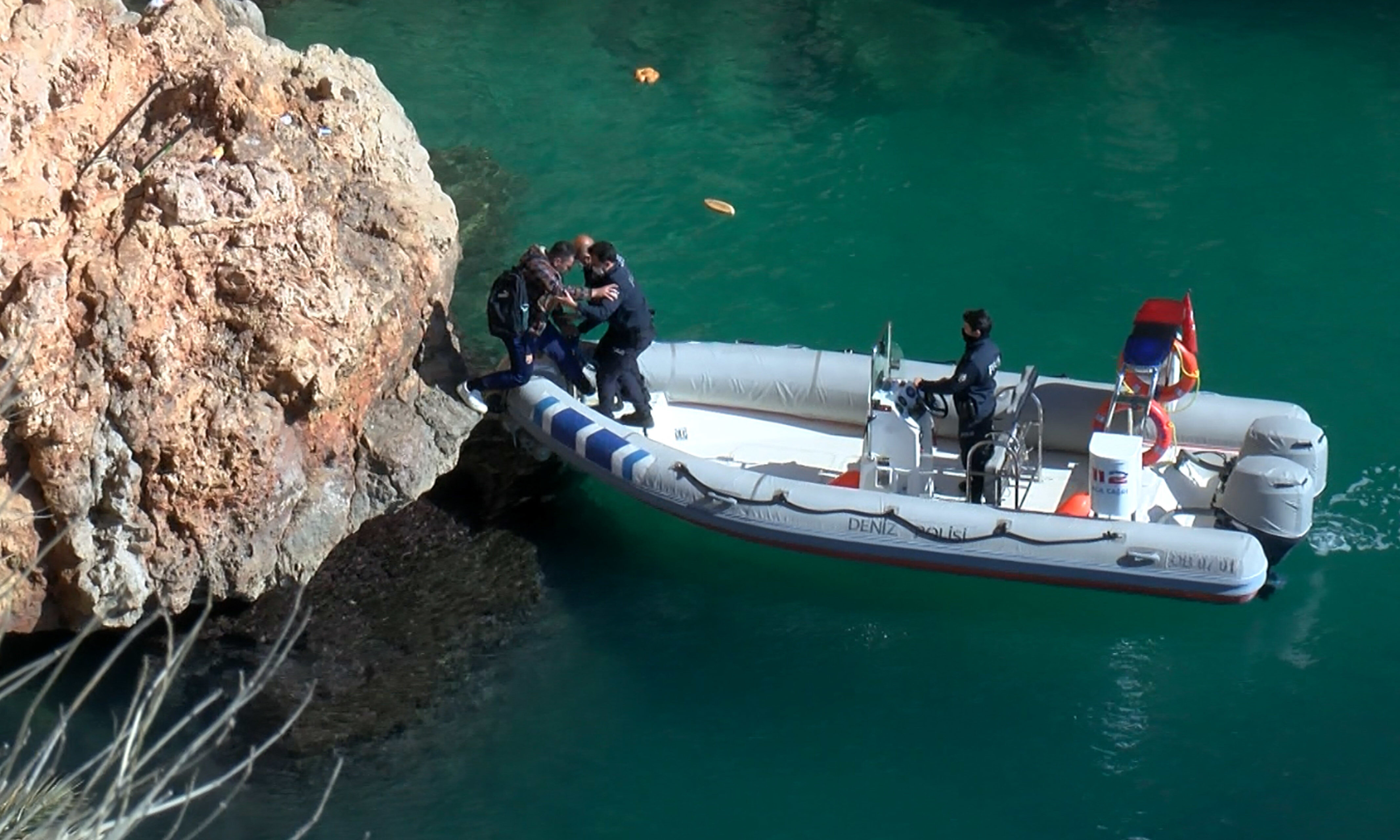 Limandan çıkış yapan ekipler, Arıcan'ı bulunduğu yerden bota alıp Kaleiçi Yat Limanı'na getirdi