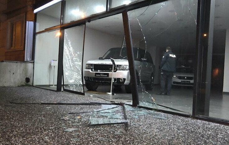 500 bin TL'lik lüks otomobili kırdıkları cam vitrinden çıkarıp çaldılar.