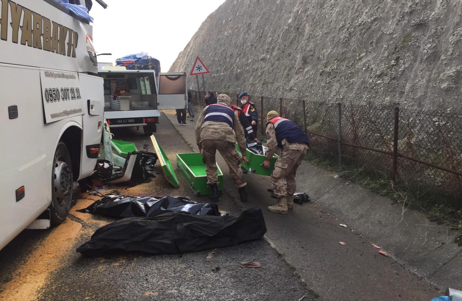 Kazada üç kişi yaşamını yitirdi.