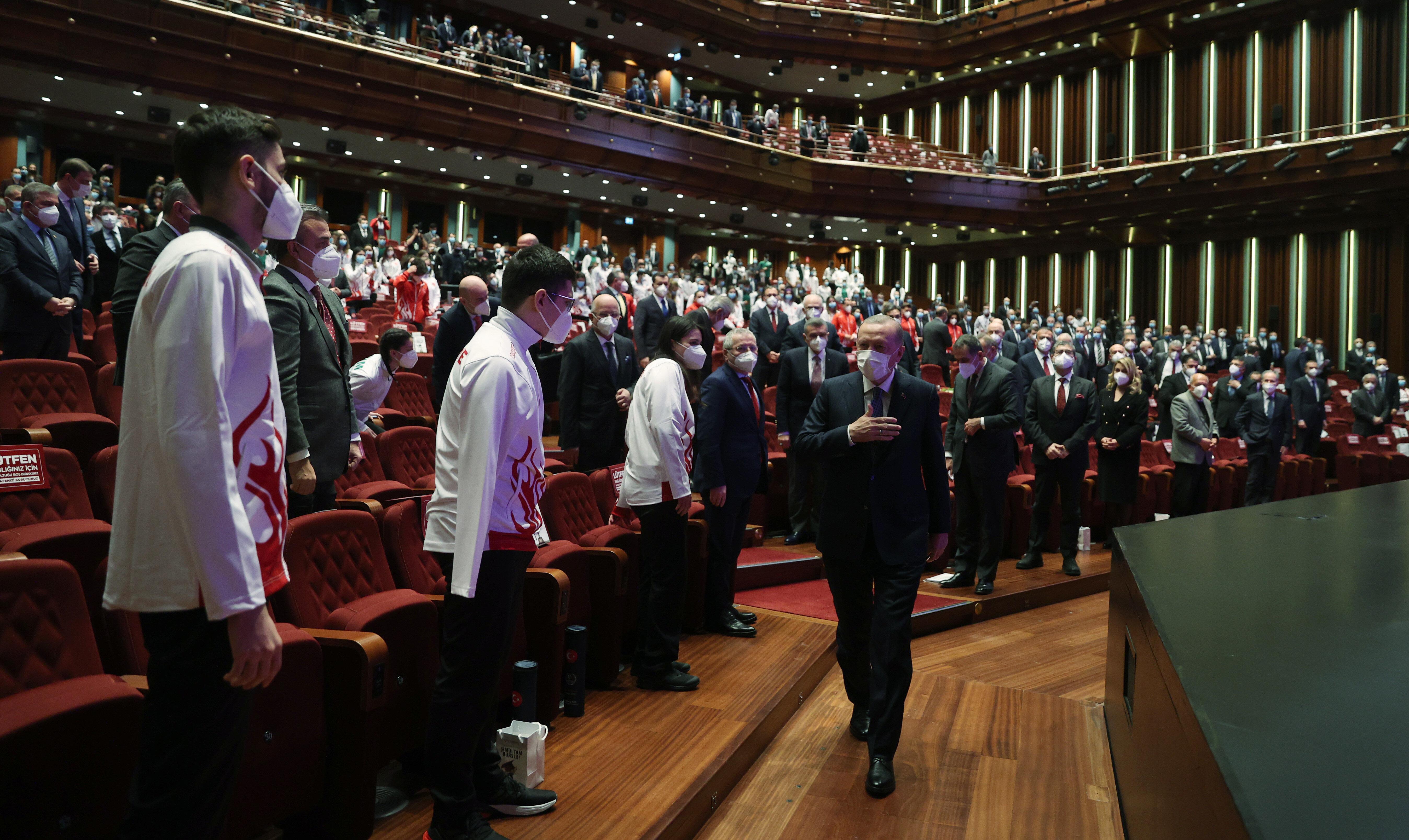 Erdoğan, Cumhurbaşkanlığı Külliyesi'nde düzenlenen Milli Sporcu Bursu Tanıtım Toplantısı'na katıldı.nn