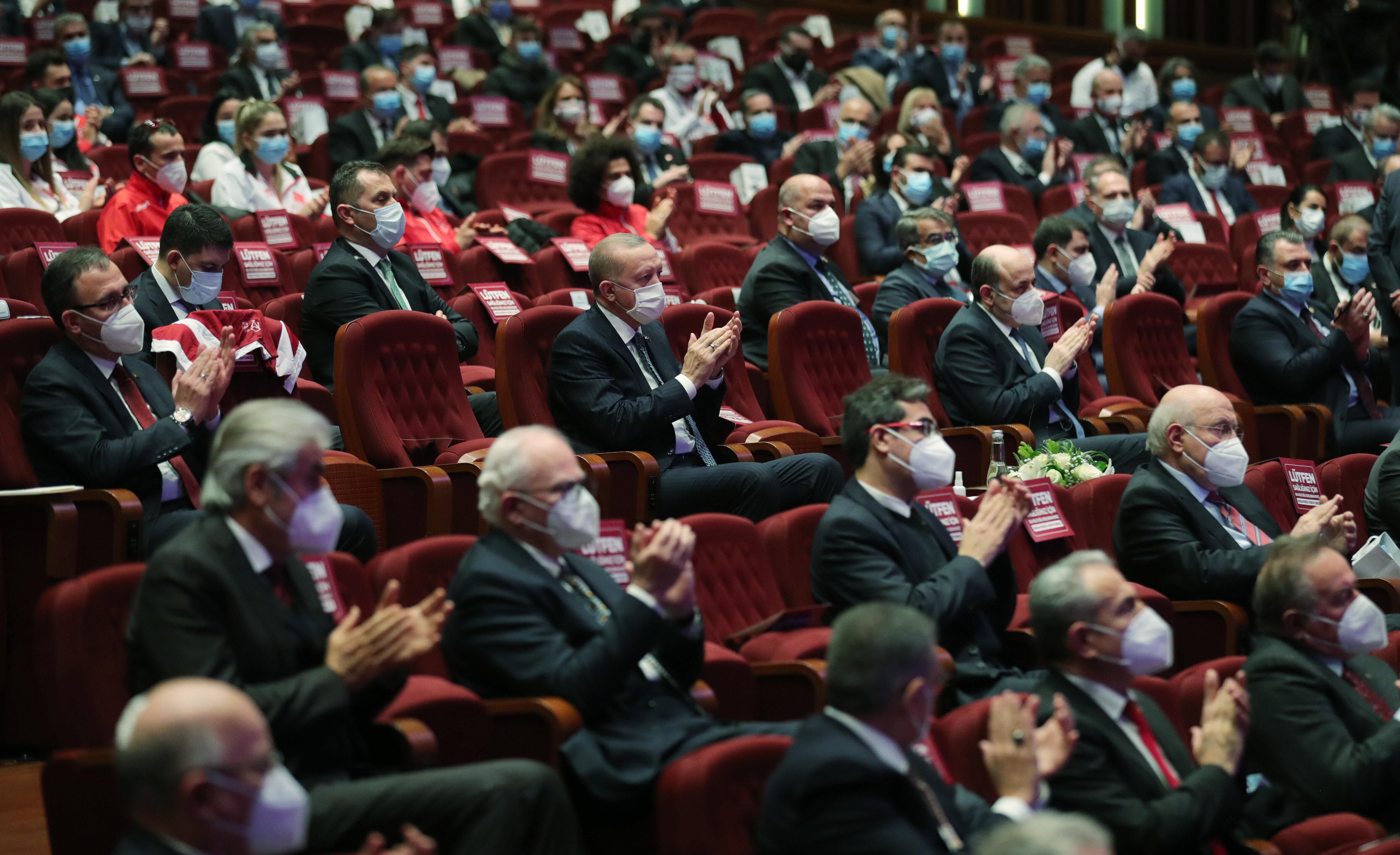 Erdoğan, Cumhurbaşkanlığı Külliyesi'nde düzenlenen Milli Sporcu Bursu Tanıtım Toplantısı'na katıldı.
