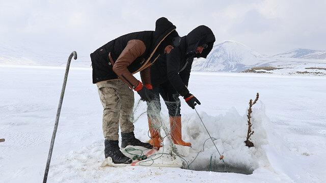 """""""آغري"""" التركية.. صيد السمك على طريقة """"الإسكيمو"""""""