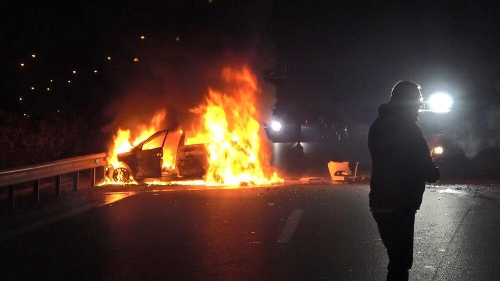 Yaklaşık 150 kilometre süren kovalamacanın ardından polis aracına çarparak bariyerlere vuran araç alev aldı.