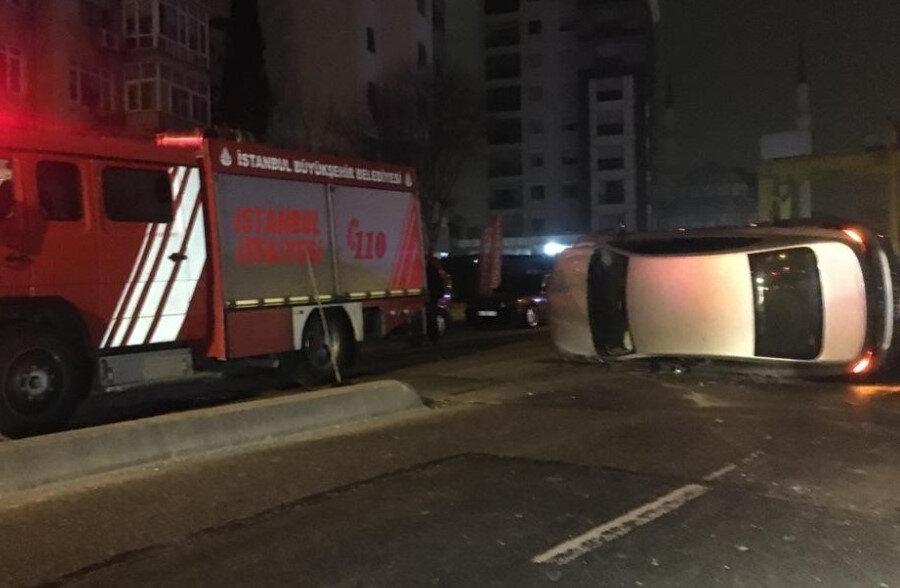 Kadıköy Bostancı'da 2 genç sokağa çıkma kısıtlamasını delerek araç ile kaldırımda bulunan betona çarparak takla attı.